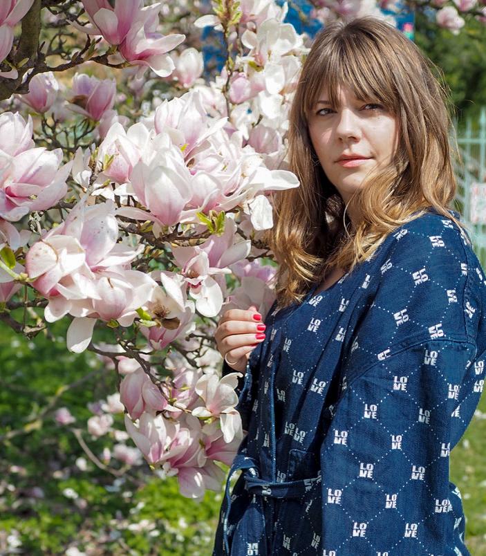Mädchen vor einer Magnolie - Girl in front of a magnolia. Blogbeitrag zum Umzug zu WordPress.
