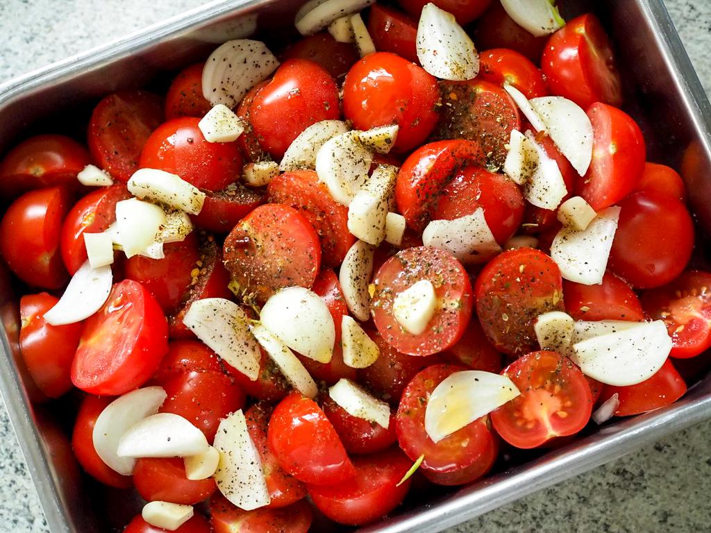 Tomaten mit Zwiebeln und Knoblauch