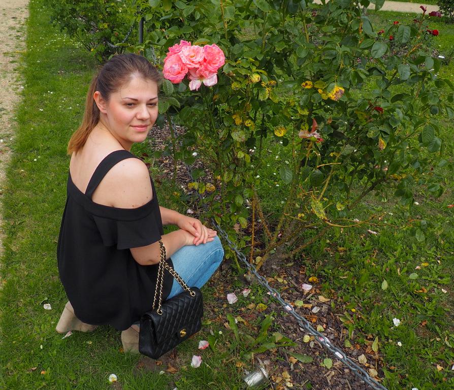 Rosenbusch und Mädchen mit Chanel Tasche